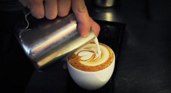 Barista bei der Arbeit: Latte Art in der Tuchlaube Aarau